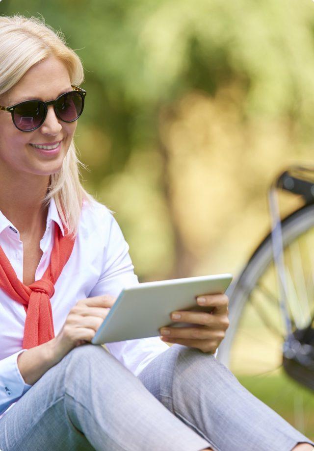 Nainen katsoo verkkopalkkalaskelmaa tabletilta